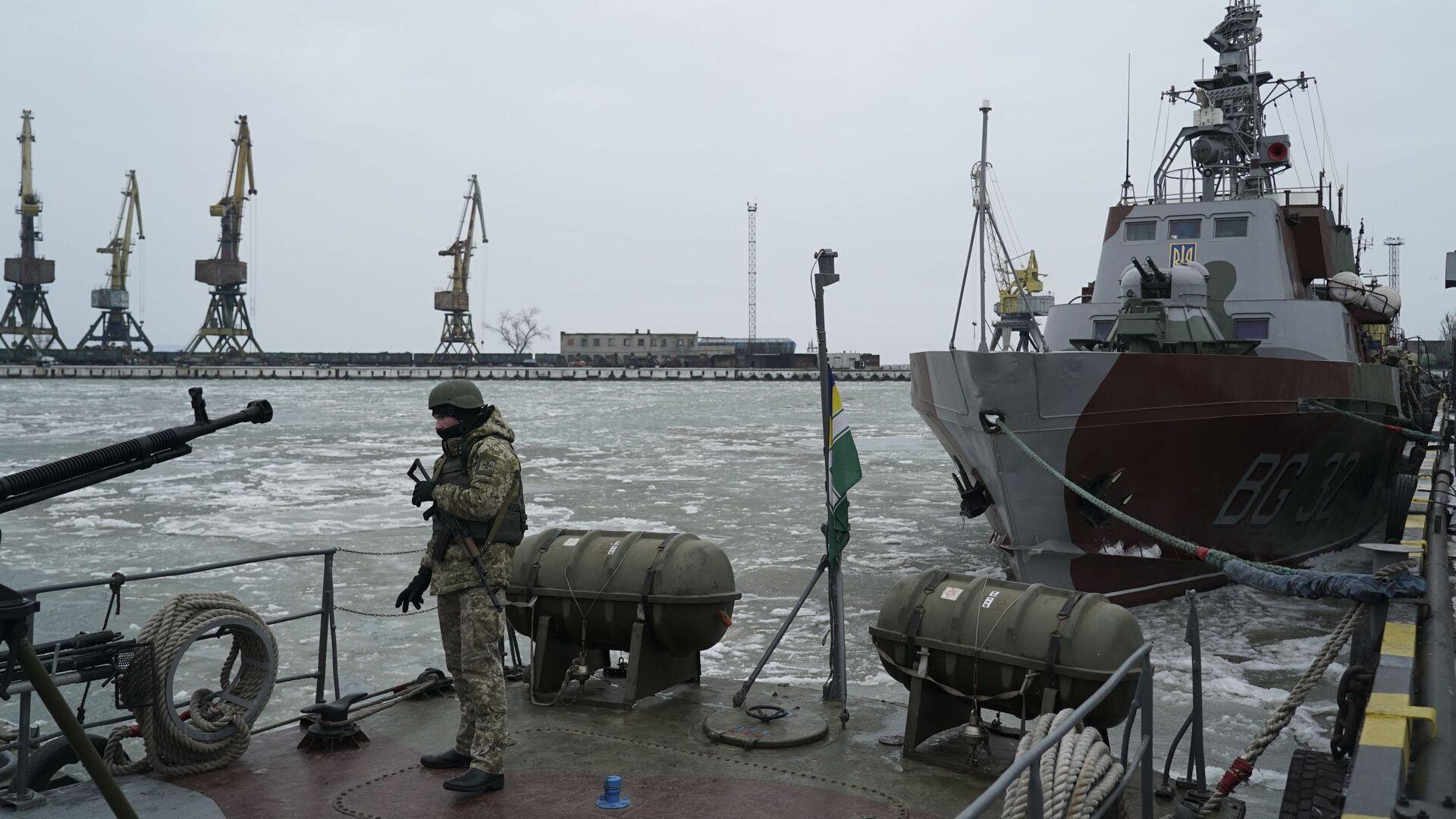 Украинский военнослужащий на борту корабля береговой охраны в порту Мариуполя - РИА Новости, 1920, 14.06.2021