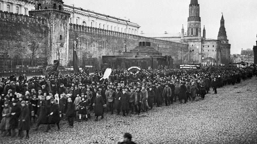 Празднование VIII годовщины Октябрьской революции. Демонстрация трудящихся на Красной площади. 1925 год
