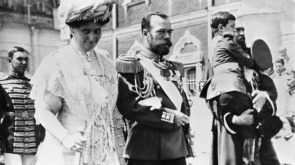 Российский император Николай II и мператрица Александра Федоровна в Кремле. Празднование 300-летия Дома Романовых
