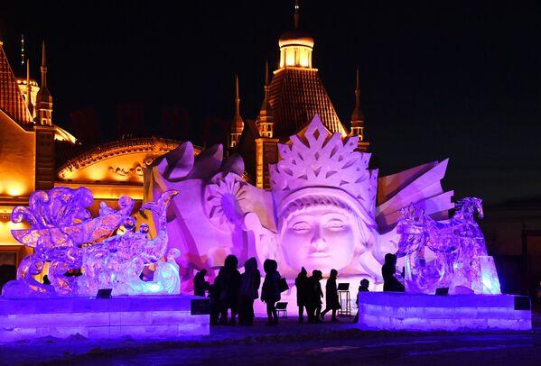 Снежные и ледяные скульптуры на международном фестивале снега и льда в городе Маньчжурия