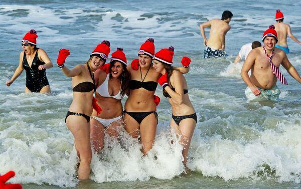 Участники традиционного новогоднего заплыва на пляже Схевенинген в Нидерландах