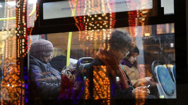 Пассажиры в салоне автобуса