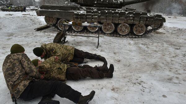 Солдаты украинской армии принимают участие в военных учениях близ села Десна Черниговской области