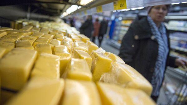 Сыр на прилавке магазина