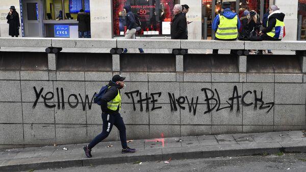 Участники протестной акции желтых жилетов в Париже