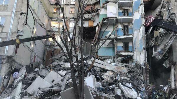 Сотрудники МЧС РФ на месте обрушения одного из подъездов жилого дома в Магнитогорске. 31 декабря 2018