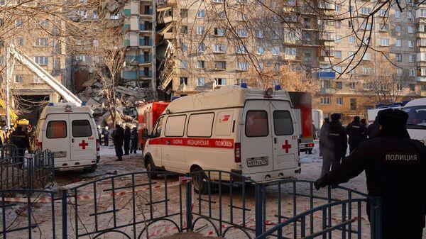 Автомобили скорой медицинской помощи на месте обрушения одного из подъездов жилого дома в Магнитогорске. 31 декабря 2018