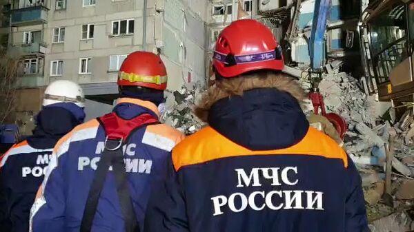 Сотрудники МЧС на месте обрушения