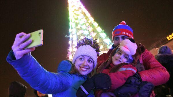 Горожане во время празднования Нового года - 2019 в новогоднем городке на площади имени Ленина в Новосибирске