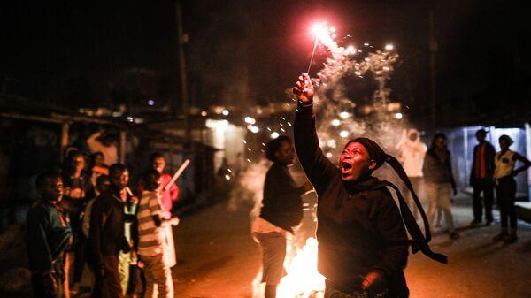 Женщина с бенгальским огнем встречает новый год в Найроби, Кения. 1 января 2019