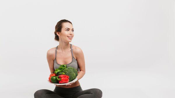 Девушка с овощами на тарелке