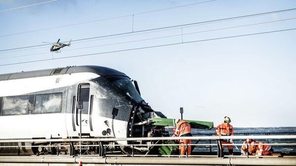 Пассажирский поезд после аварии на  Мосту Большой Бельт в Дании