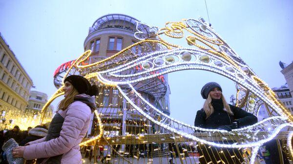 Горожане во время праздничных новогодних гуляний на Никольской улице в Москве