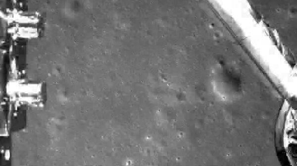 Изображение, полученное китайским лунным аппаратом Чанъэ-4 во время посадки. 3 января 2019