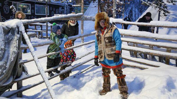 Туристы в саамской деревне Самь-Сыйт в поселке Ловозеро Мурманской области