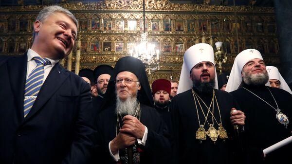 Президент Украины Петр Порошенко, Митрополит Епифаний и Вселенский Патриарх Варфоломей на церемонии в Соборе Святого Георгия в Стамбуле, Турция. 5 января 2019