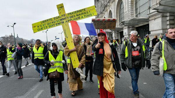Участники протестной акции жёлтых жилетов в Париже.  5 января 2018