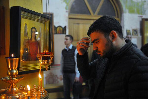 Мужчина в церкви Архангела Михаила в Грозном во время рождественского богослужения. 7 января 2019