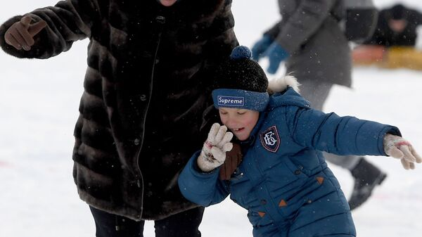 Участники футбольного матча в валенках в Центральном парке имени Горького в Казани