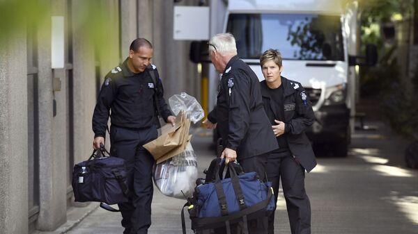 Судмедэксперты полиции вывозят сумки из итальянского консульства в Мельбурне, Австралия. 9 января 2019