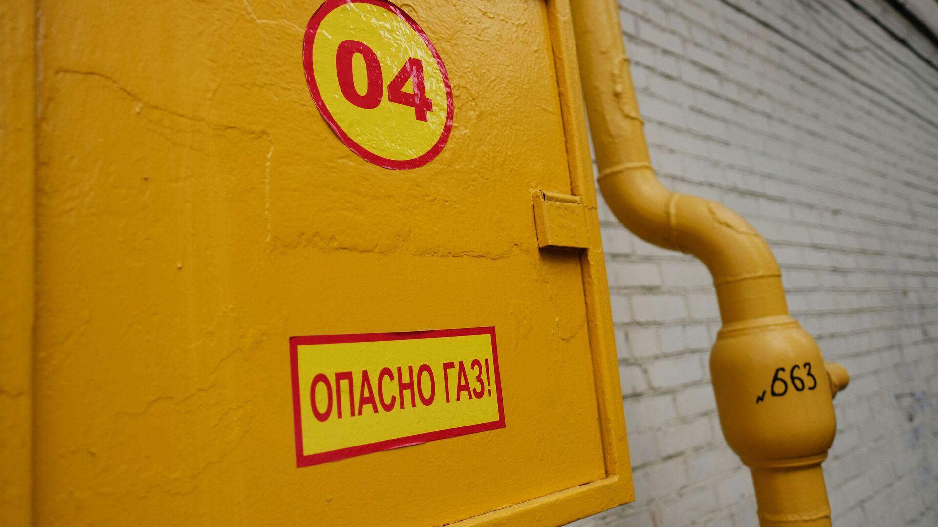 Труба газопровода на фасаде здания - РИА Новости, 1920, 10.09.2020