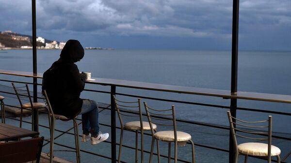 Девушка в кафе на Массандровском пляже в Ялте