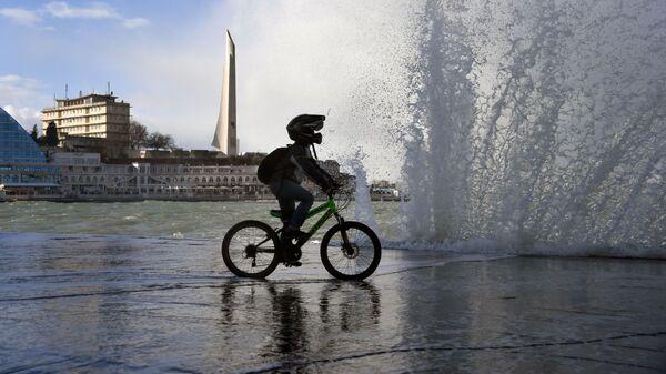 Подросток едет на велосипеде по одной из улиц в Севастополе