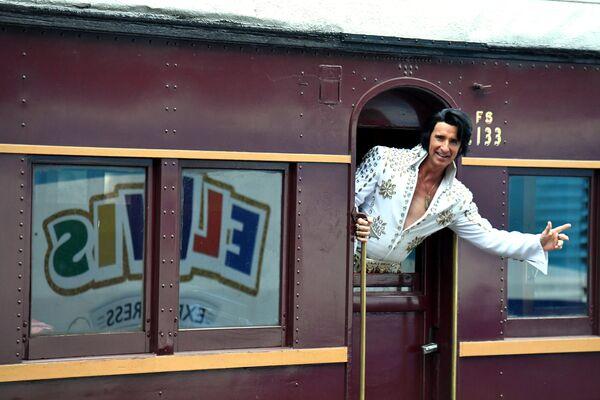 Поклонник Элвиса на вокзале в Сиднее перед отправлением поезда на фестиваль в Паркес