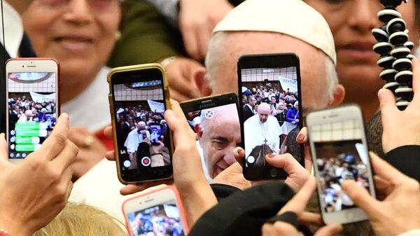 Верующие снимают папу римского Франциска на камеры мобильных телефонов в Ватикане