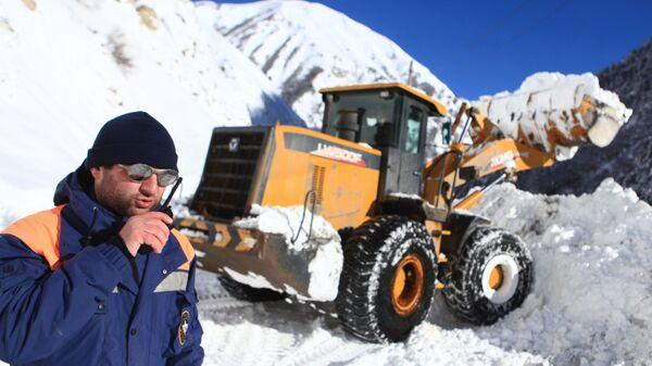 Фронтальный погрузчик LW500F расчищает автомобильную дорогу Транскавказской магистрали в Северной Осетии