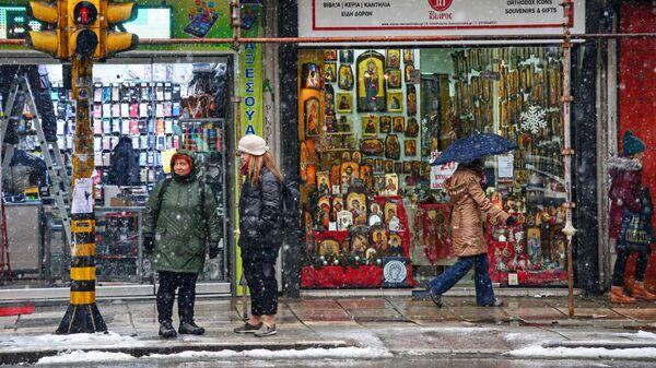 Прохожие на одной из улиц в Салониках
