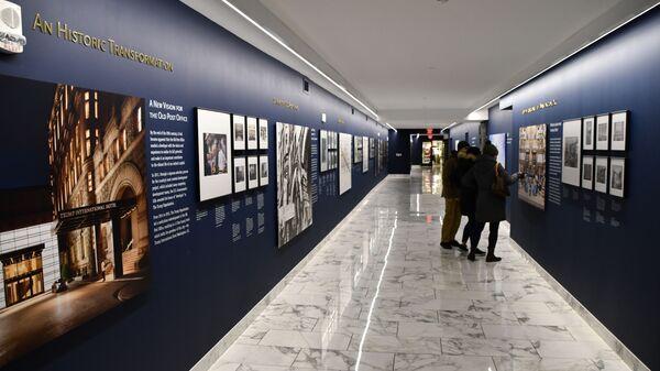 Немногочисленные посетители музея старой почты в Вашингтоне