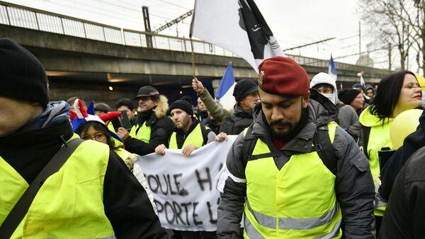 Участники протестной акции жёлтых жилетов в Париже. 12 января 2019