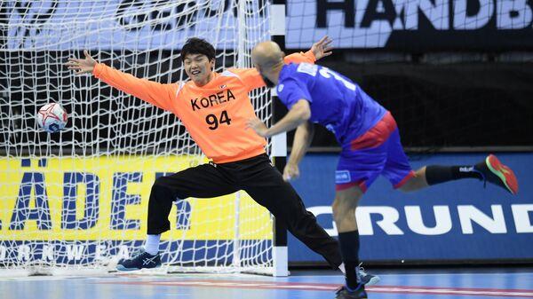 Игровой момент гандбольного матча Россия - Корея