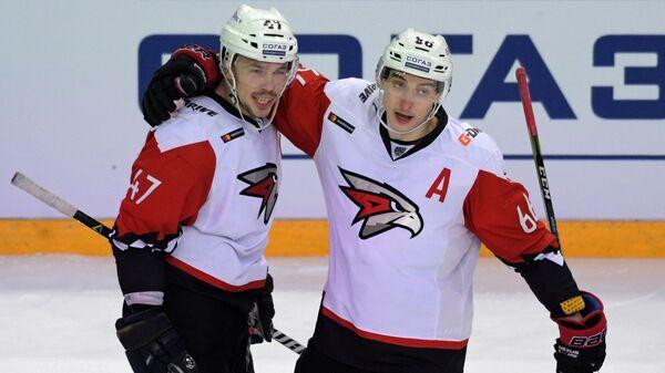 Хоккеисты Авангарда Алексей Емелин (слева) и Илья Михеев