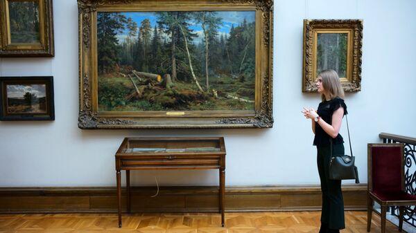 Посетительница Третьяковской галереи в одном из залов
