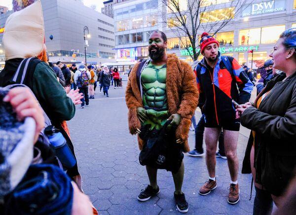 Участники флешмоба В метро без штанов у входа на одну из станций метро Нью-Йорка