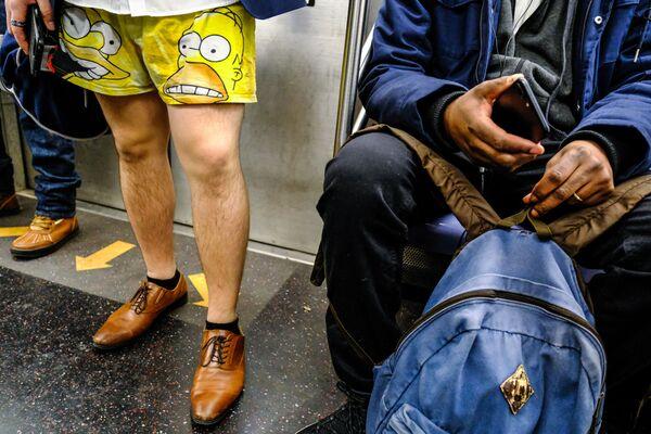 Участники флешмоба В метро без штанов в вагоне поезда метро Нью-Йорка
