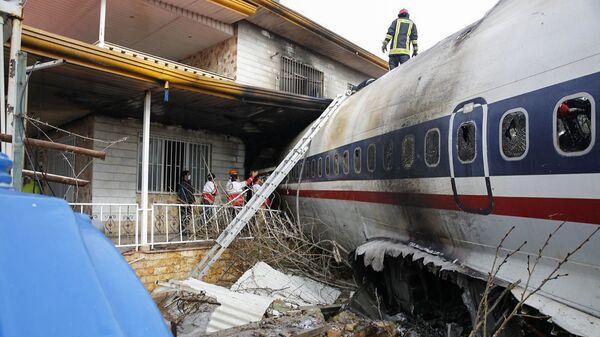 Спасатели на месте крушения транспортного самолета Boeing-707  в городе Карадж в пригороде Тегерана, Иран. 14 января 2019