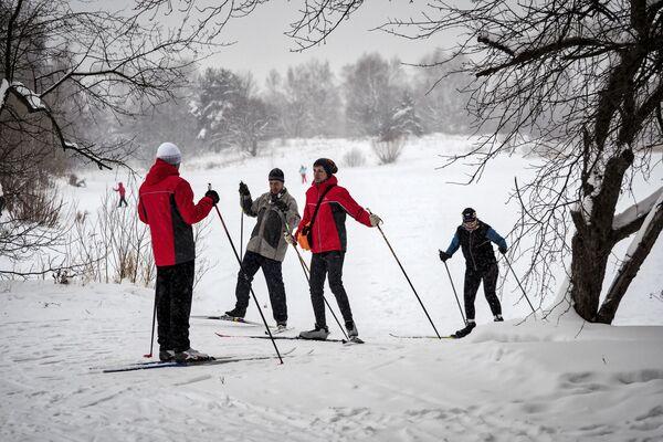Отдыхающие во время катания на лыжах в зоне отдыха Битца в Москве