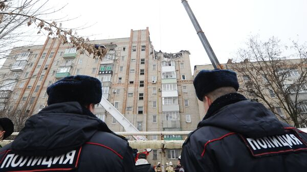 Сотрудники правоохранительных органов у девятиэтажного жилого дома в городе Шахты, в котором произошел взрыв бытового газа