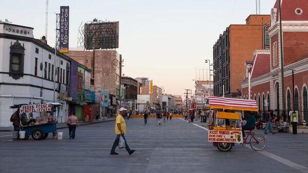 Прохожие на одной из улиц в Сьюдад-Хуаресе, Мексика