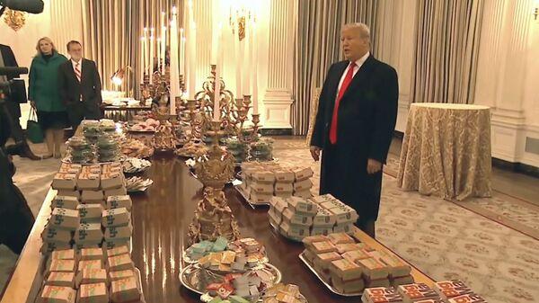 Трамп угостил гамбургерами чемпионов США по американскому футболу