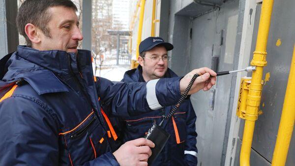 Сотрудники газовой службы проверяют газовые трубы