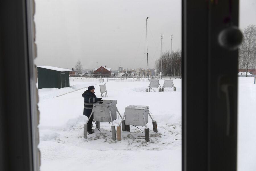 Нина Николаевна Копылова, начальник метеостанции, возле прибора, измеряющего высоту облаков, Дмитров