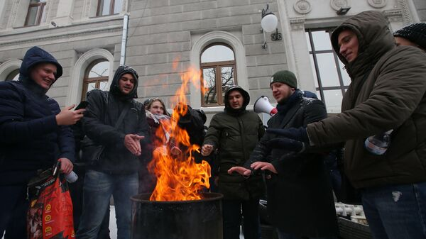 Акции у здания компании Нафтогаз-Украина с требованием включить отопление. Киев, Украина