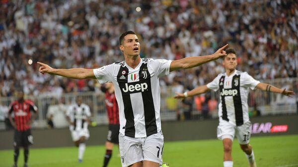 Форвард Ювентуса Криштиану Роналду радуется забитому мячу в ворота Милана