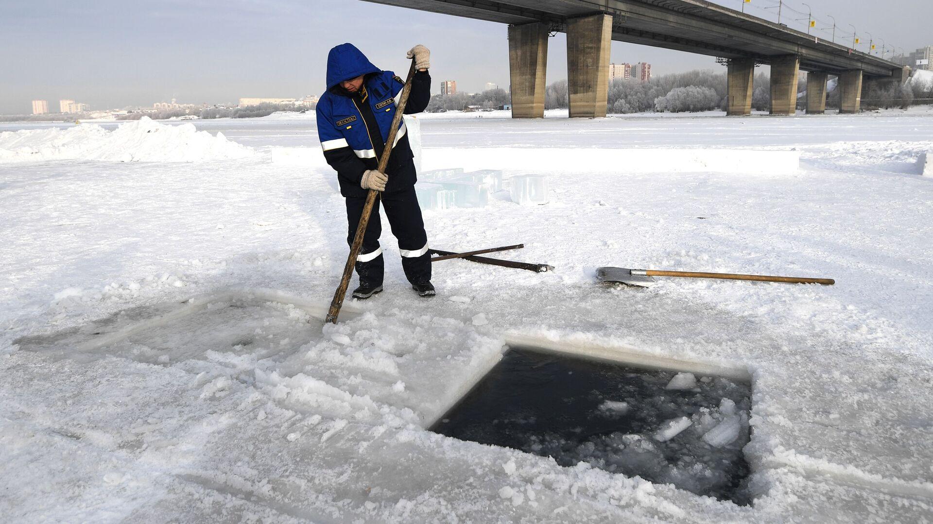 Сотрудник МЧС делает прорубь для крещенской купели на реке Обь - РИА Новости, 1920, 12.01.2021