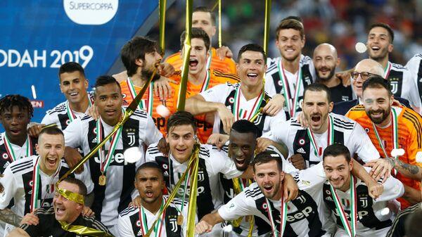 Футболисты Ювентуса с медалями за победу в Суперкубке Италии