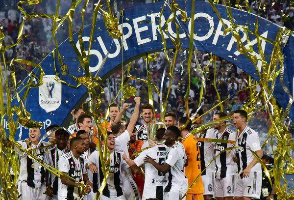 Футболисты Ювентуса с Суперкубком Италии